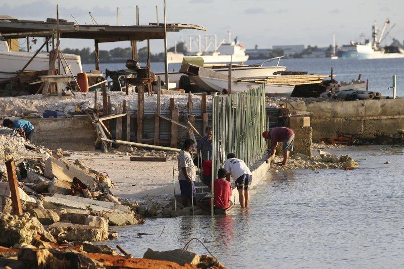 馬紹爾群島深受海平面上升威脅,修築海堤因應(美聯社)