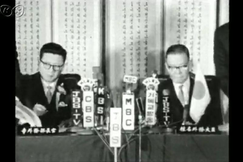 1965年12月18日,日韓代表在首爾舉行換約儀式。(NHK)