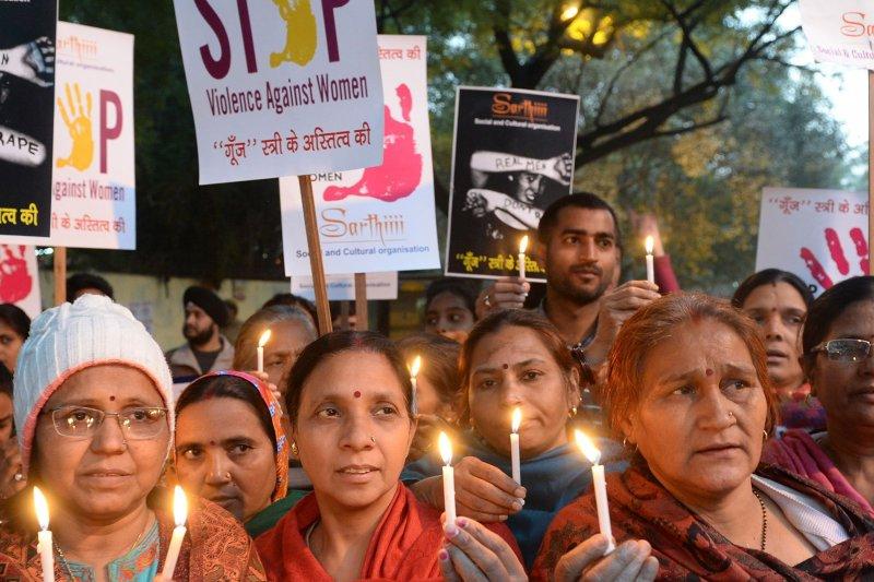 得知性侵犯即將出獄,印度母親們19日上街抗議。(取自推特)