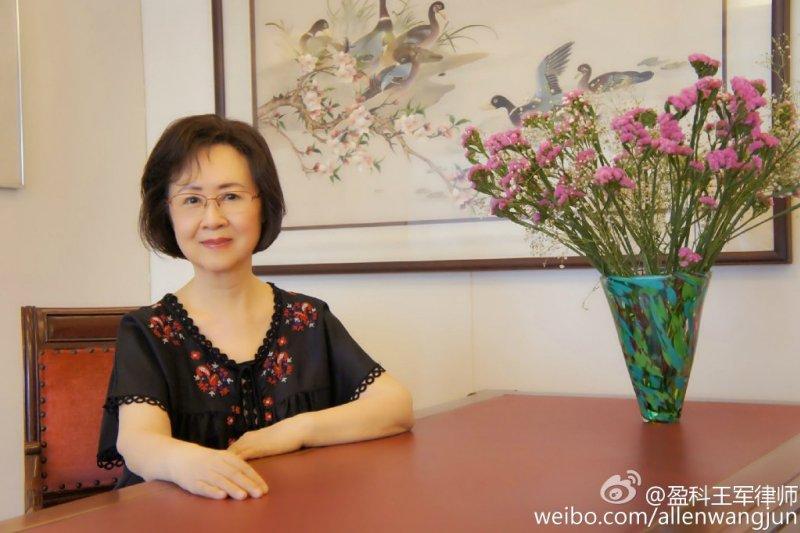 瓊瑤去年控告中國編劇于正作品《宮鎖連城》抄襲她的《梅花烙》,去年底勝訴,于正不服提上訴,前天二審定讞維持原判,于正須向瓊瑤公開道歉,並和另4名被告賠償瓊瑤500萬元人民幣(約2600萬元台幣)。(取自微博)