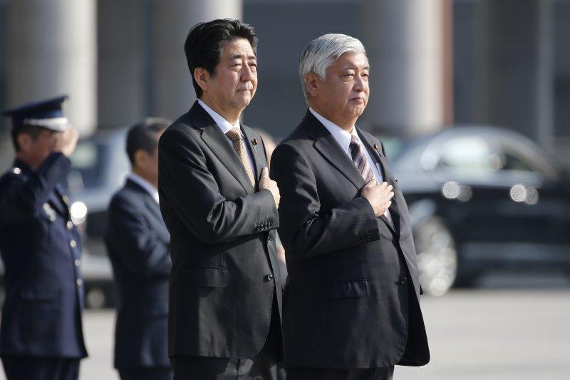 日本首相安倍晉三(左)日前在防衛大臣中谷元陪同下巡視防衛省(美聯社)