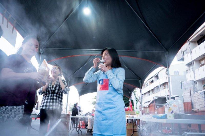 國民黨總統候選人朱立倫夫人高婉倩19日回老家台南,煮紅豆湯輔選(朱立倫臉書)