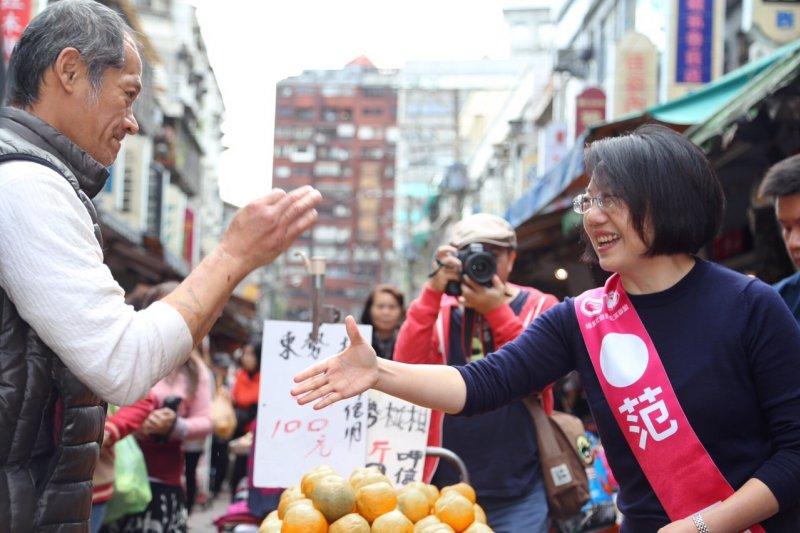 前民進黨主席林義雄20日陪同綠社盟台北市立委候選人范雲拜訪通化市場(蔡耀徵攝)