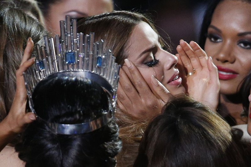 哥倫比亞小姐阿雷巴洛21日后冠遭取消後落淚,各國佳麗上前安慰她。(美聯社)