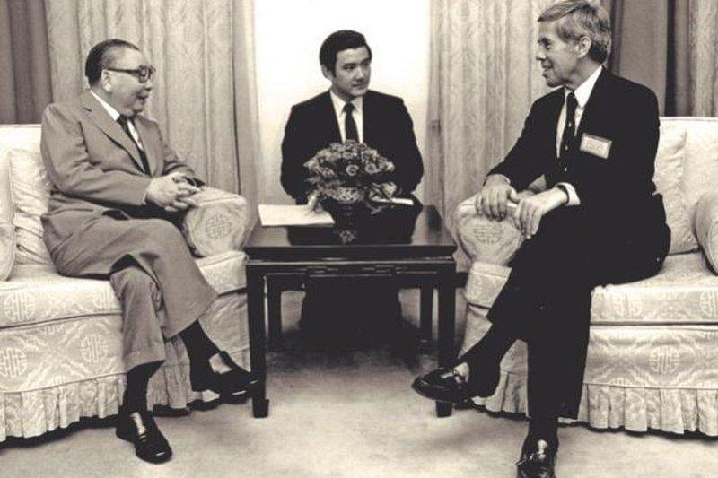 《遠見》民調顯示,在「哪位總統對台灣貢獻最大」問題中,前總統蔣經國(左)以38.7%領先其他總統拔得頭籌。圖為1986年蔣經國接見美國參議員魯嘉,由當時的英文祕書、前總統馬英九(中)擔任翻譯。(資料照,時報出版提供)
