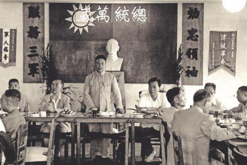 一九六五年蔣經國與青聯會代表座談,進行思想訓練。(時報出版提供)
