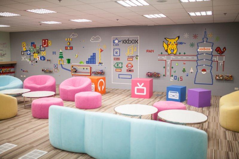 辦公室有這樣多彩繽紛、童趣風格的員工休憩區是福利之一。
