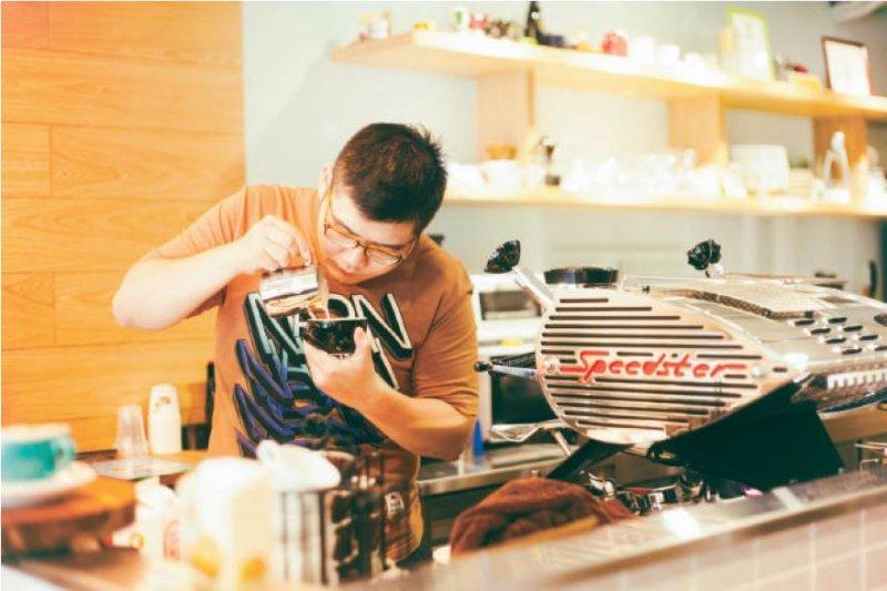 鍾志廷認為拉花圖案越單純,越能展現咖啡原味。(圖/小日子)