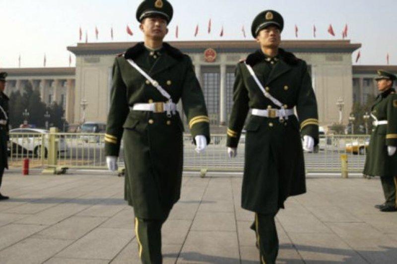 中國北京人民大會堂門前巡邏站崗武警。(BBC中文網)