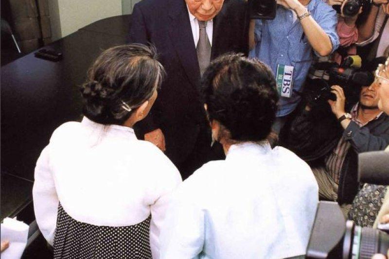 前南韓慰安婦於1996年造訪女性基金事務局的模樣。(翻攝日本慰安婦問題與亞洲女性基金官網)