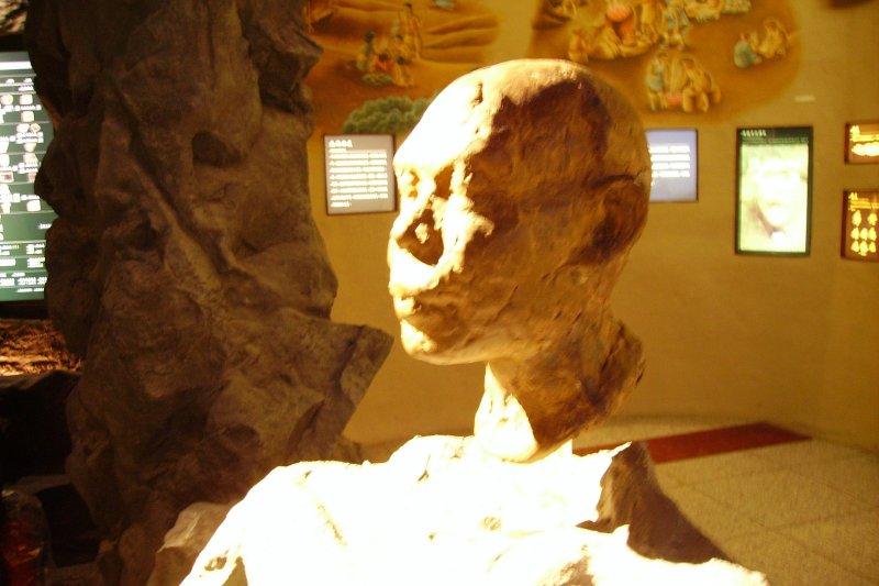 左鎮人的想像雕塑。(取自維基百科,own work攝/CC 3.0)