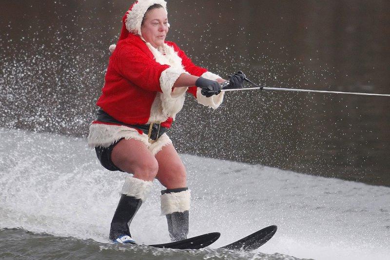 今年美國也是大暖冬,紐約州的民眾在耶誕節當天竟然穿短褲在湖上滑水—而不是包緊緊在湖上溜冰!(美聯社)