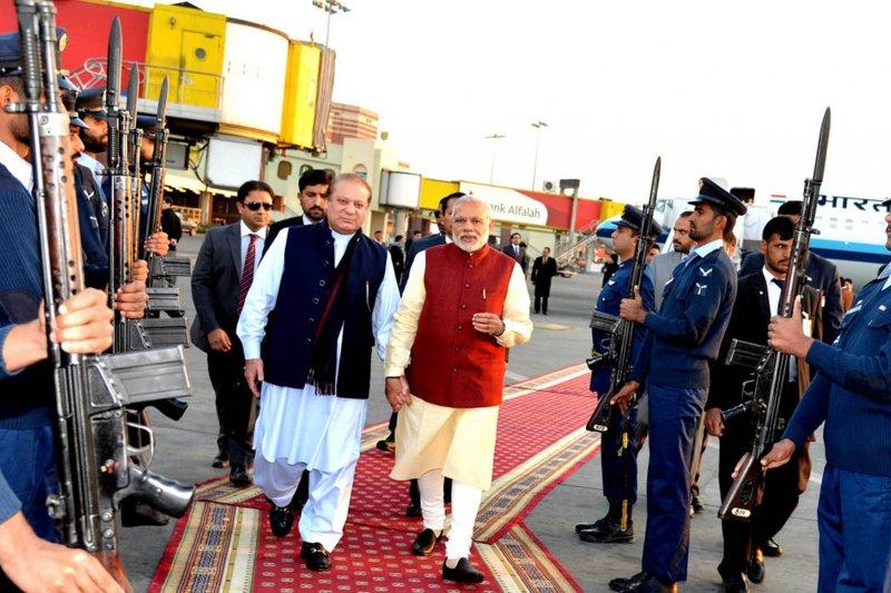 印度總理莫迪突訪巴基斯坦,與巴國總理夏立夫會面。(美聯社)