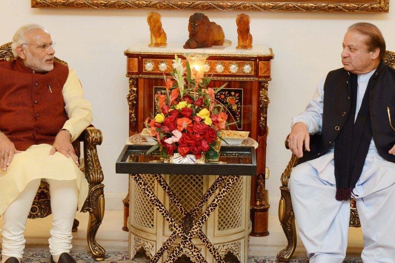 印度總理莫迪(左)突訪巴基斯坦,與巴國總理夏立夫會面。(美聯社)