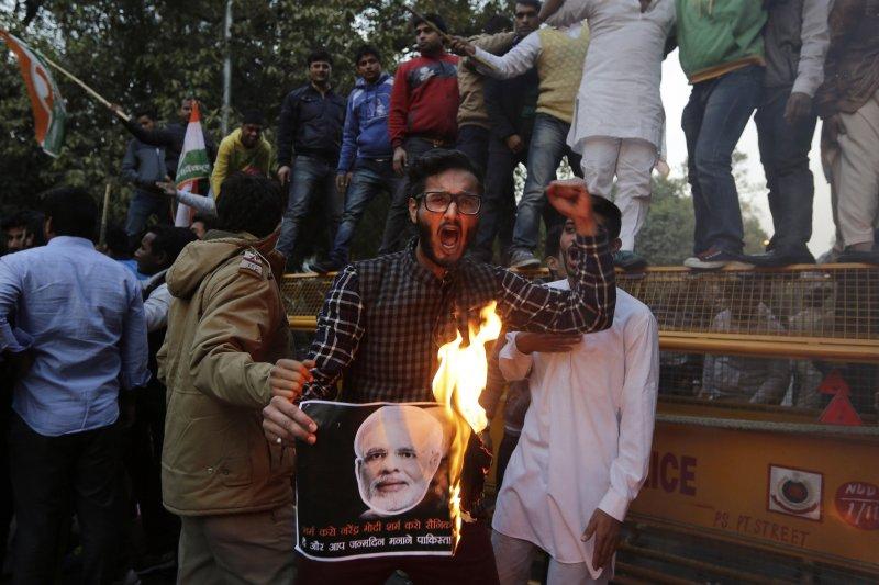 印度國大黨分支印度青年會成員反對莫迪訪巴,在街頭焚燒他的肖像。(美聯社)