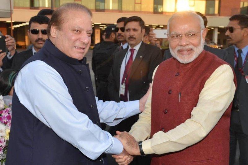 印度總理莫迪(右)25日突訪巴基斯坦,與巴國總理夏立夫會面。當天也是夏立夫的66歲大壽。(美聯社)