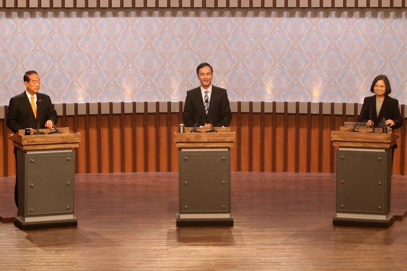 總統候選人第一場電視辯論會27日登場,宋楚瑜、朱立倫、蔡英文。(公視)