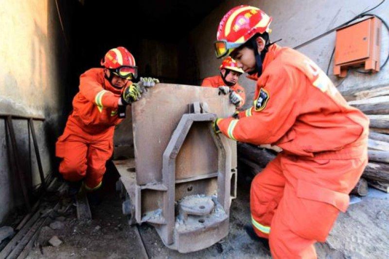 救援人員在打通救援通道時遇到困難。(BBC中文網)