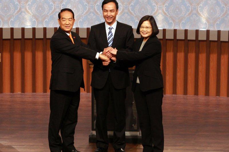 總統候選人第一場電視辯論會27日登場,宋楚瑜、朱立倫、蔡英文。(公視提供)