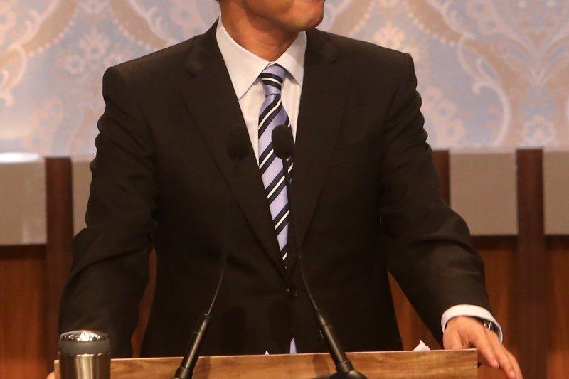 總統候選人第一場電視辯論會27日登場,朱立倫在交互詰問時,專挑蔡英文「領18%又大罵18%」以及放假太多、兩岸狀況等主張反覆不定,反倒宋楚瑜被邊緣化。(公視)