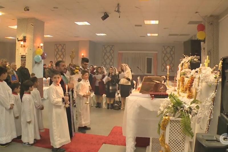 在土耳其亞瓦洛省(Yalova)的一間老舊結婚禮堂舉行的耶誕彌撒,參加者多半是來自伊朗的基督徒難民。