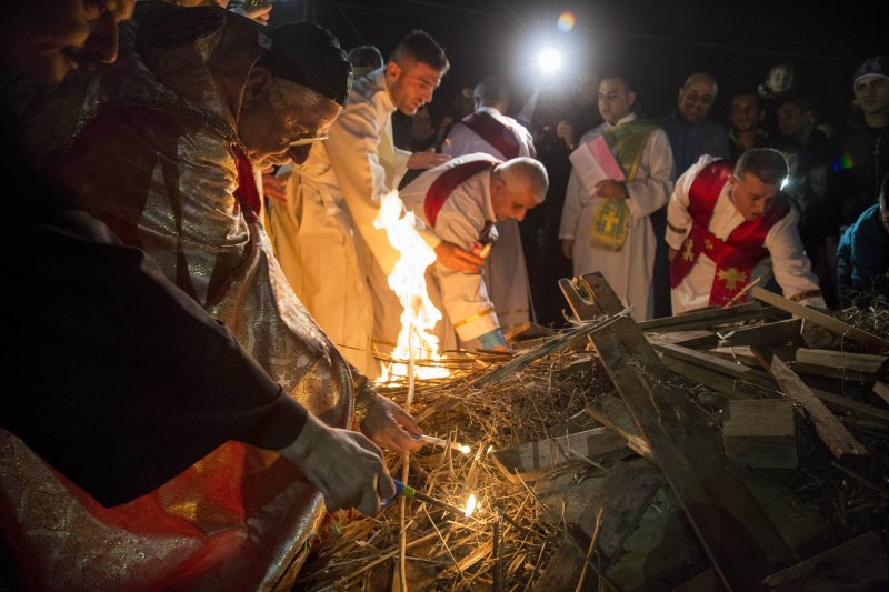 雖然摩蘇爾早被「伊斯蘭國」佔據,但附近的難民營裡仍有許多基督徒舉行耶誕彌撒,不願放棄信仰。(美聯社)