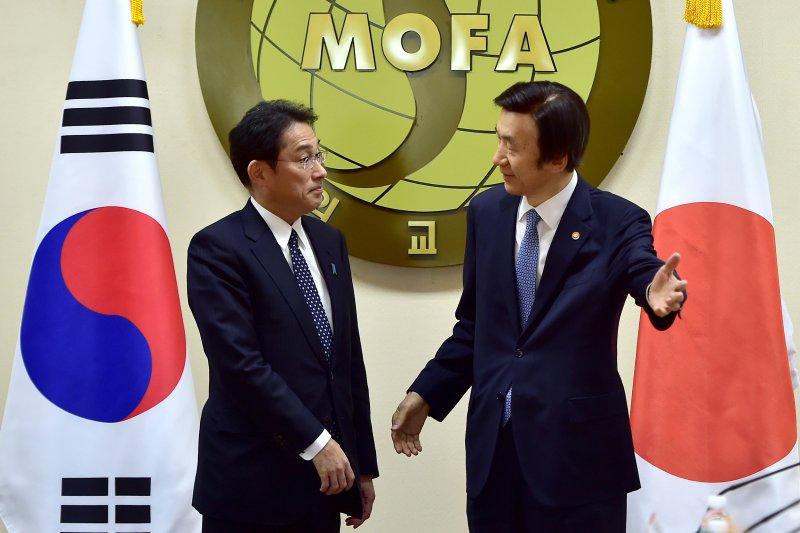 南韓外交部長官尹炳世(右)28日同來訪的日本外相岸田文雄進行「慰安婦問題談判」,並達成協議。(美聯社)