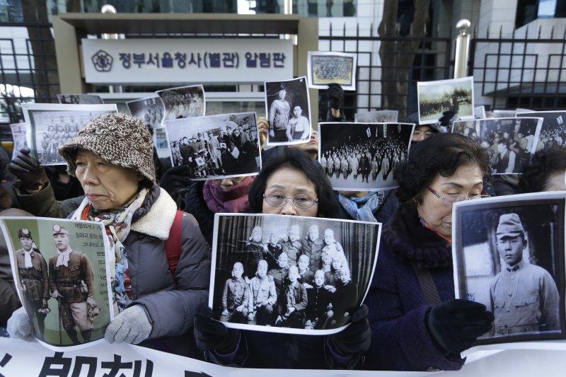 二戰時的受難者家屬28日在南韓外交部外抗議,要求日本政府正式道歉、並且負擔全額賠償。(美聯社)