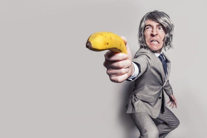 主管不見得一定是拿槍對著下屬的小人;只要用對溝通方法,也能讓主管變成職場貴人。(圖/Pixabay)