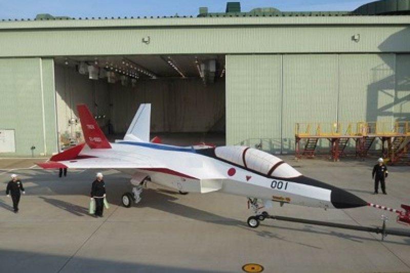 心神驗證機的機體塗裝目前以紅白黑蘭為基調,攝於平成26年5月8日。(防衛省技術研究本部網頁)