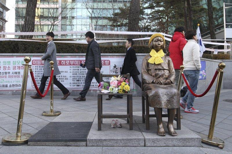 首爾日本大使館前設置的象徵慰安婦受害女性的少女像。(美聯社)