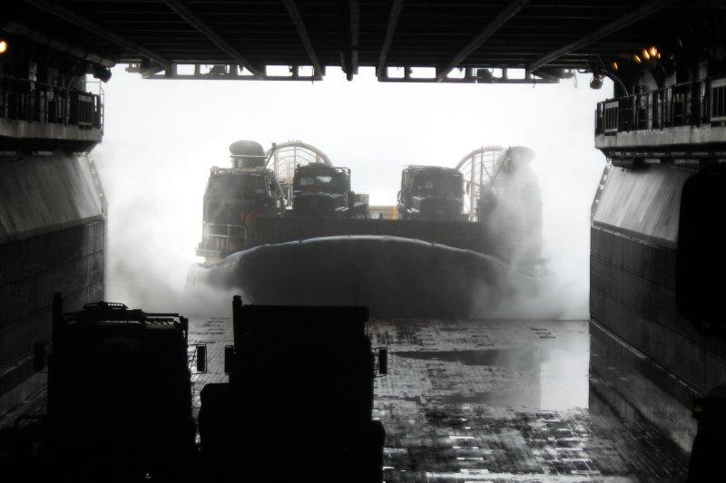 海軍依預算獲得與兵力需求的優先次序,確定先建造1萬6千噸級的「兩棲船塢登陸艦」。圖為兩棲船塢登陸艦中未注水的塢艙,氣墊登陸艇正在駛入。(資料照,取自維基百科,Sanorton攝/CC BY 3.0)