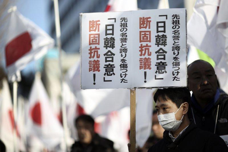 不只南韓社會掀起對日韓慰安婦和解的質疑浪潮,東京街頭29日也有民眾舉牌,堅決反對「日韓合意」。(美聯社)