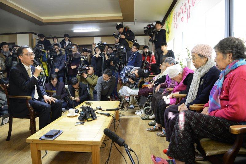 南韓外交部第二次長趙兌烈29日到「分享之家」探望曾擔任慰安婦的阿嬤。(美聯社)