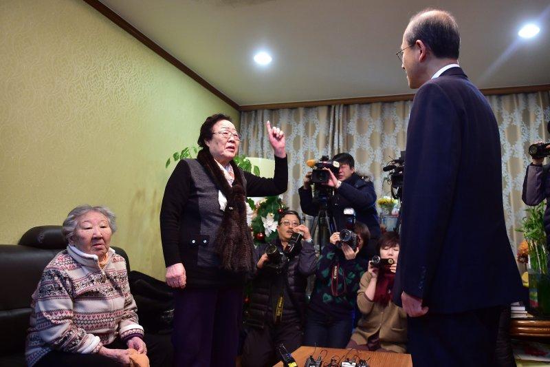 南韓外交部第一次長林聖男29日被阿嬤痛罵「根本是日本外務省派來的!」(美聯社)
