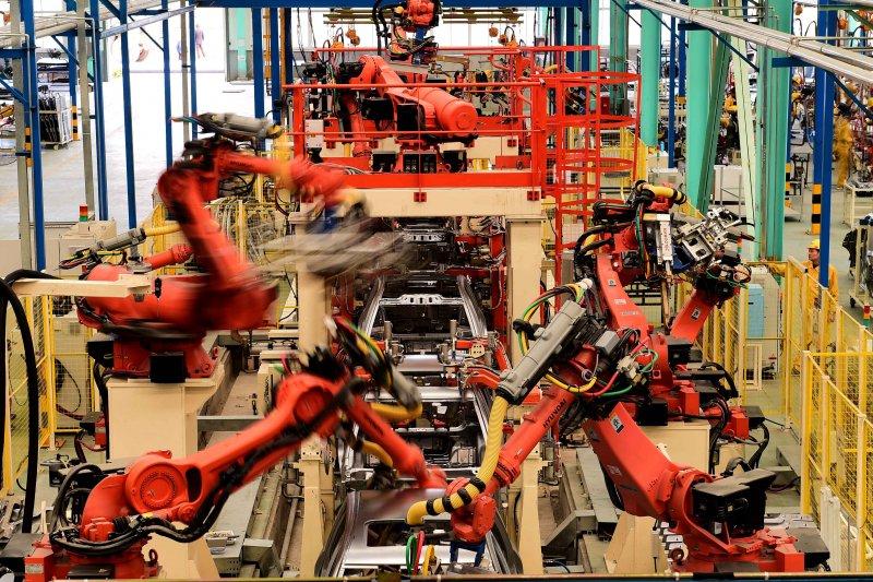 工業機器人在進行焊接作業(新華社)