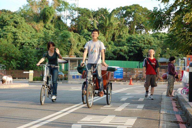 從研究所時Berg(中,左為Chee)開始改裝行動咖啡三輪車,他說「當你做自己喜歡的事時,你就不會覺得辛苦,因為你也不覺得自己在工作」。