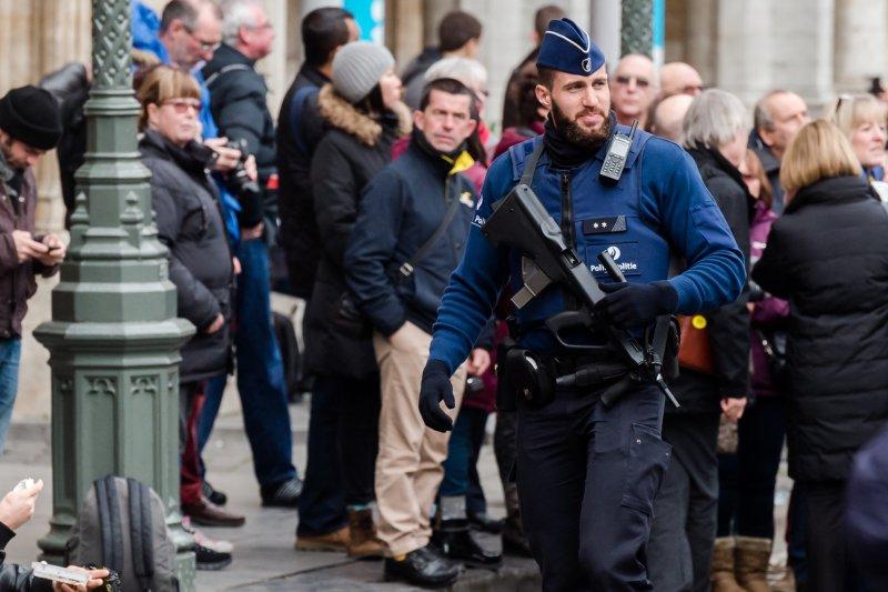 比利時街頭可見到荷槍實彈的警察(美聯社)