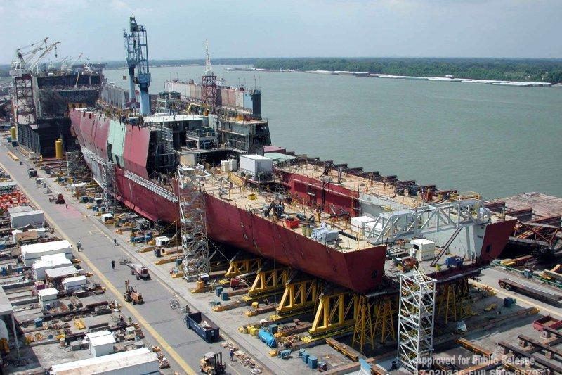 美國海軍聖安東尼奧級(San Antonio class)船塢登陸艦首艦「聖安東尼奧號」(USS San Antonio),攝於2002年建造過程(維基百科)