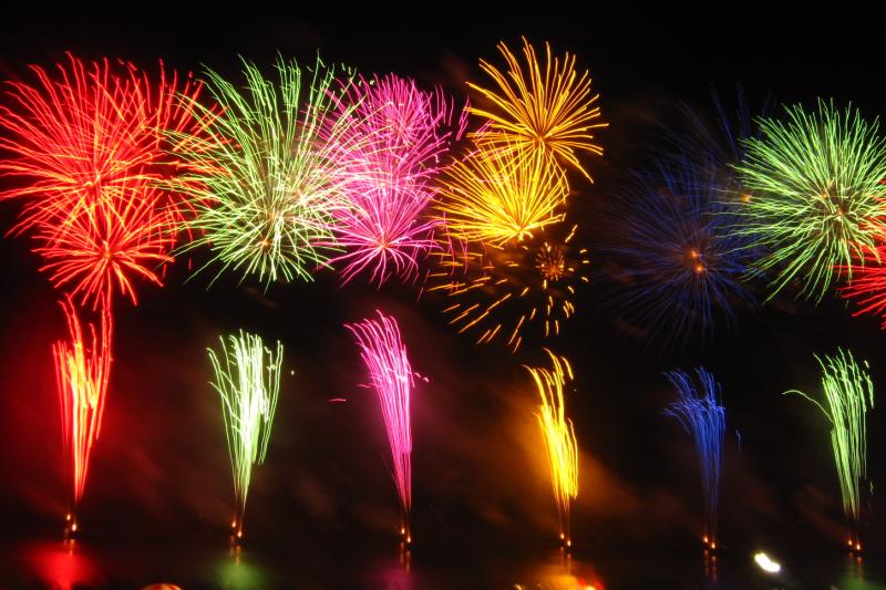 煙火的色彩來自金屬化合物。(圖/久留米市民@Wikimedia)
