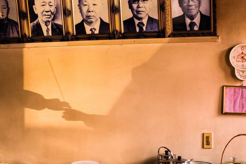 旅港台灣人洪勗桔以薪火相傳照片,榮獲地方組優等獎。(取自《國家地理雜誌》網站,洪勗桔攝)