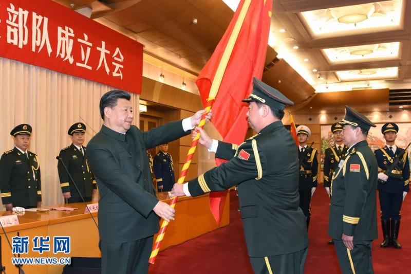中共經紀習近平向陸軍、火箭軍、戰略支援部隊授予軍旗並致訓詞。(新華社)