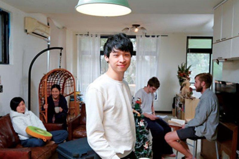 潘信榮(中)與室友時常聚在開放式的廚房與客廳,一起工作、料理三餐,讓旅外租屋生活也能有家的感覺。 (攝影者.潘信榮)
