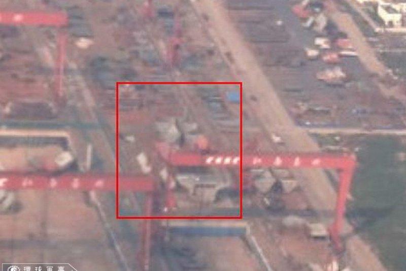 中國環球軍事張貼的上海造船廠航拍照,航艦外型清晰可見。