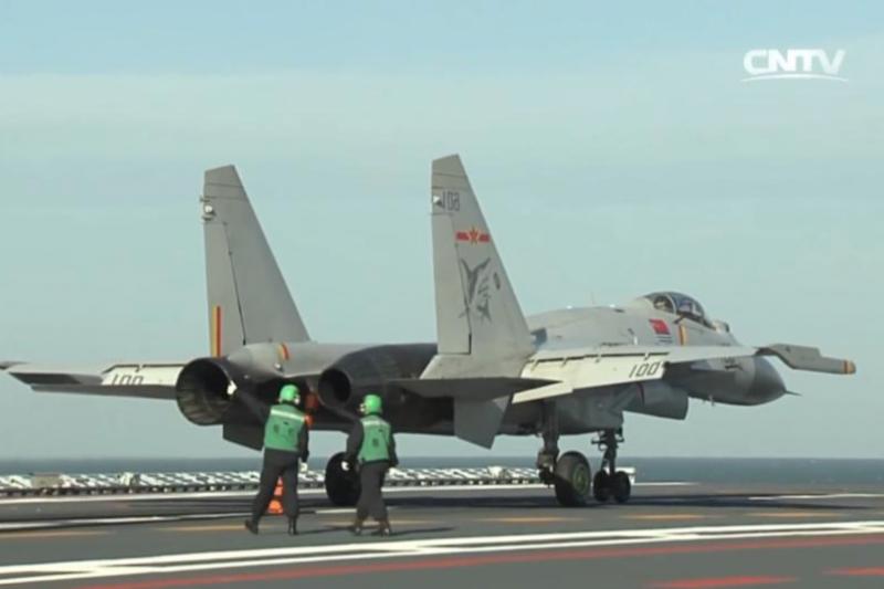 中國航艦主力艦載機殲-15正在進行起降訓練。