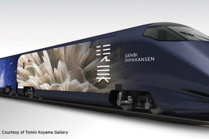 「現美新幹線」的車身布滿蜷川實花的煙火作品,令人目不轉睛。(翻攝現美新幹線官網)