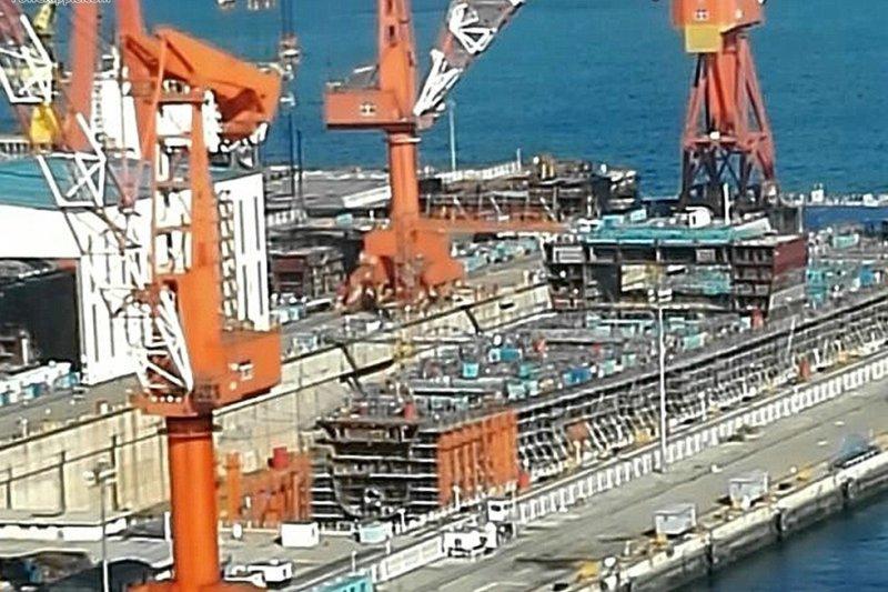 正在大連造船廠興建的中國自製航艦。