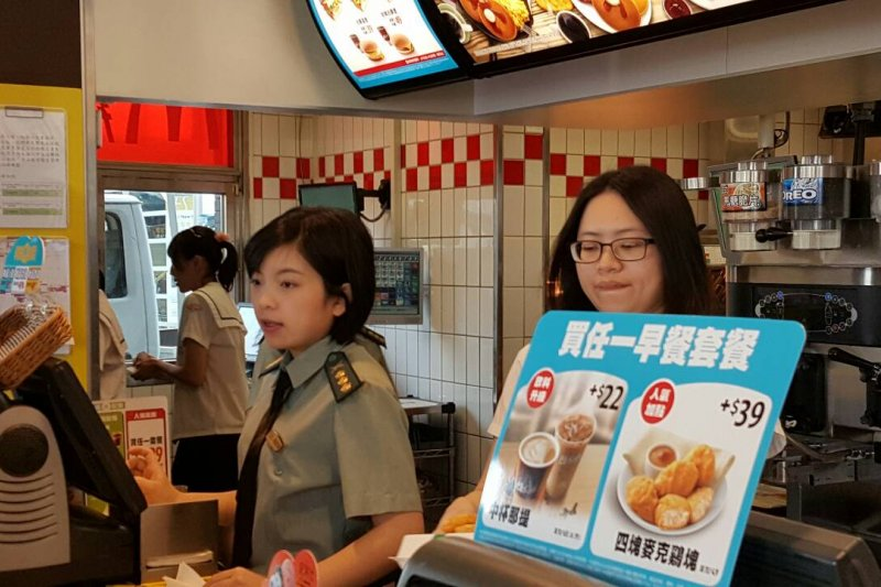 網路流傳麥當勞新營某分店舉行「制服趴」活動,女員工身著陸軍軍服賣漢堡。(取自網路)