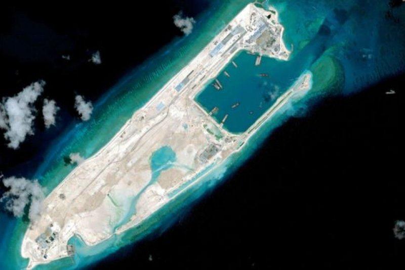 中國自2013年起對永暑礁填海造地。(BBC中文網)