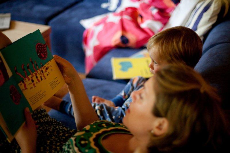睡前為孩子讀本書拉近親子關係(圖/Lars Plougmann@flickr)